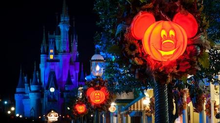 Luminárias temáticas do Mickey Mouse brilham nas ruas do lado de fora do Castelo da Cinderela