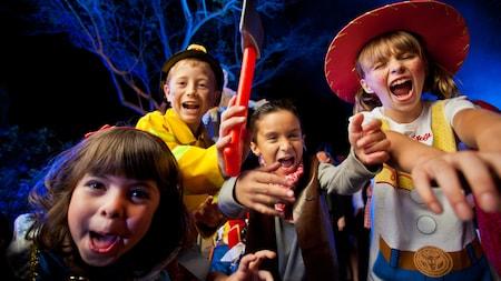 Un groupe de jeunes visiteurs costumés pour les festivités durant le Mickey's Not-So-Scary Halloween Party