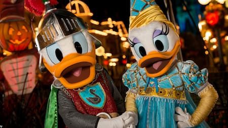Donald Duck e Daisy Duck vestidos como cavaleiro real e princesa no Mickey's Not So Scary Halloween Party