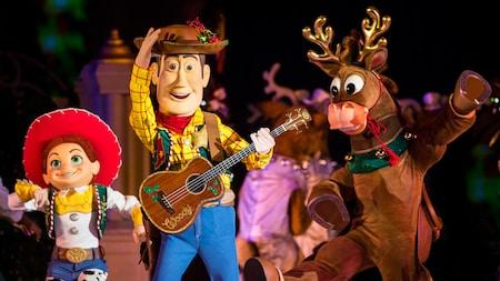 Woody e Jessie dos filmes Toy Story se apresentam ao lado das renas do Papai Noel, no Magic Kingdom Park
