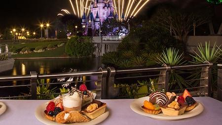 Una variedad de sorpresas dulces en Fireworks Holiday Dessert Party en Tomorrowland Terrace