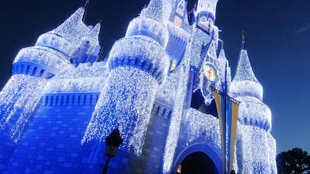 Castelo da Cinderela coberto com luzes brancas que brilham durante a noite