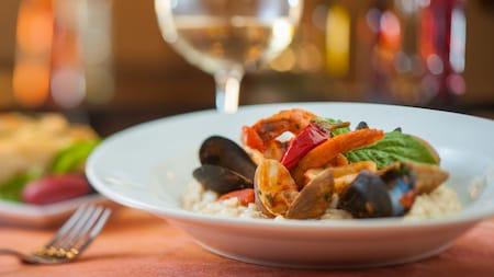 Risoto em uma tigela com camarões, lulas, mariscos, mexilhões e um leve molho de tomate