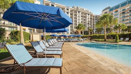 ラウンジチェアとパラソルが周囲に置かれたディズニー・リビエラ・リゾートのボー・ソレイユ・プール
