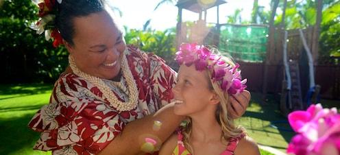 アウラニ・リゾートで花のレイを持つ少女とハワイの女性