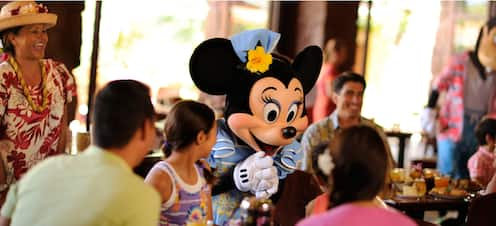 朝食時に若いお客様数人と交流するミニー