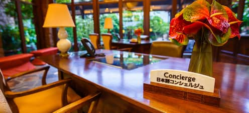 コンシェルジュデスクには日本語のサインが置かれています。