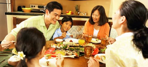 客室のダイニングエリアで食事を楽しむ家族