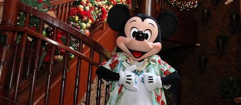 マカヒキの階段のところで12月だけの特別なホリデー衣装に身を包んだミッキーマウスと、クリスマスの装飾品で飾られた階段