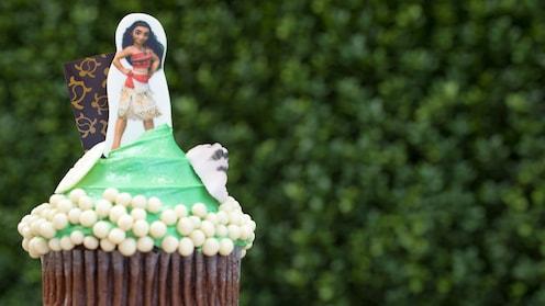 モアナが腰に手を当てている姿をカップケーキの砂糖部分にあしらった、カップケーキ。