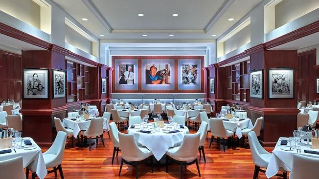 Un comedor con mesas formalmente decoradas y fotos de los Miami Dolphins en las paredes