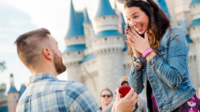 Un homme demande une femme en mariage devant le Cinderella Castle