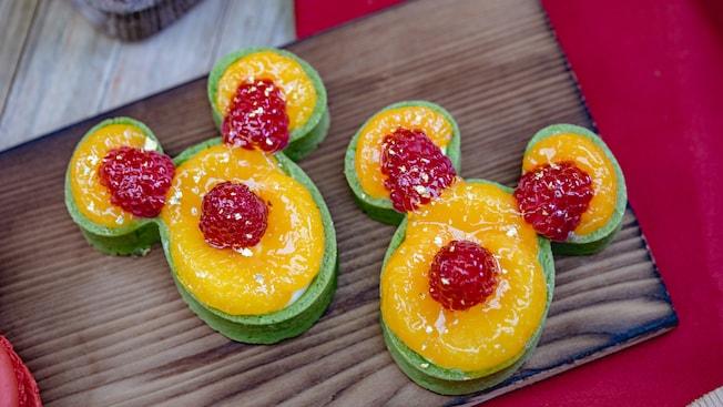 Varias Tartas de Té Verde con Naranja y Mandarina sobre una tabla