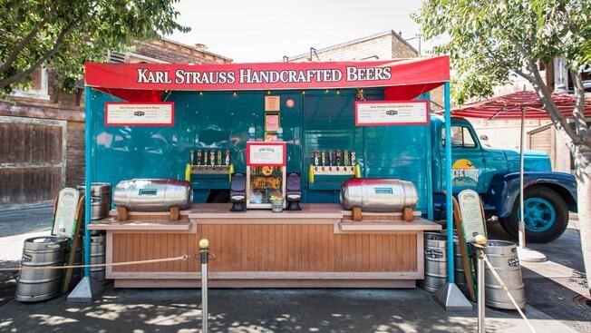 Un letrero sobre un quiosco que lo identifica como Karl Strauss Handcrafted Beers