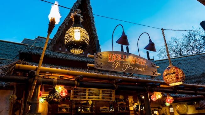 El exterior de Tropical Hideaway iluminado por la noche