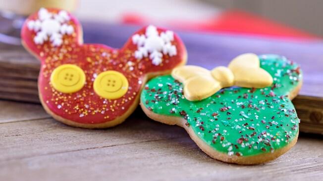 Dos galletas decoradas como Mickey Mouse y Minnie Mouse