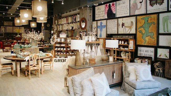 El interior de Sugarboo and Company cuenta con obras de arte y artículos para el hogar eclécticos