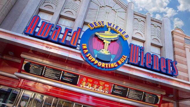 El letrero y menú de Award Wieners, Best Wieners in a Supporting Role del restaurante de hot dogs de Disneyland Resort
