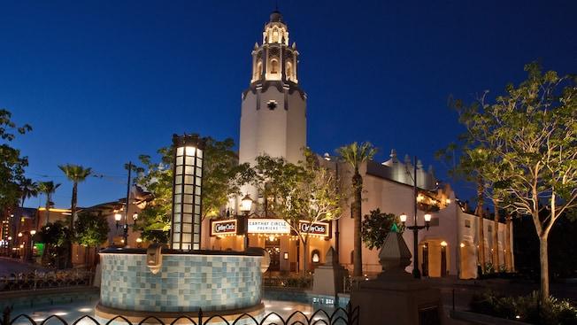 La entrada y el campanario de Carthay Circle Restaurant en Disney California Adventure Park