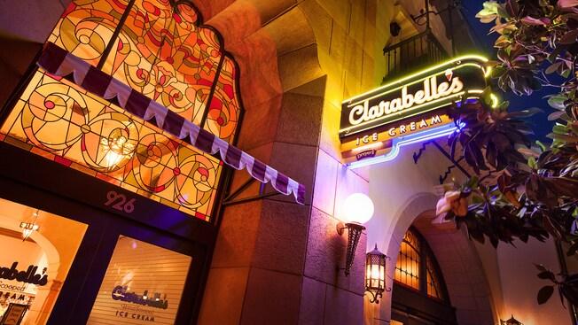 Letrero de la heladería Clarabelle's Hand-Scooped Ice Cream en Disney California Adventure Park