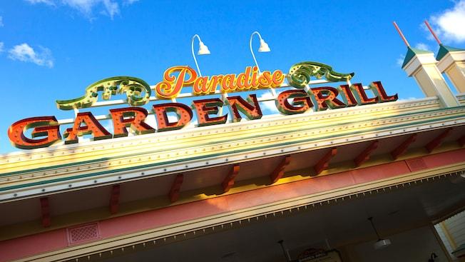 El letrero de Paradise Garden Grill, un restaurante mediterráneo de Disney California Adventure Park