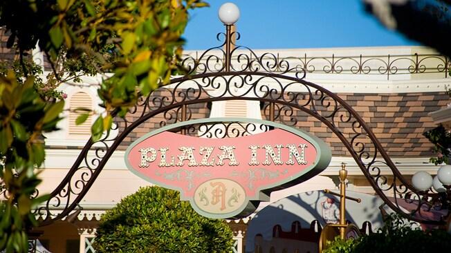 El letrero de la entrada de Plaza Inn, en Disneyland Park.
