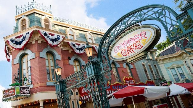 El letrero de Corner Cafe y Coca-Cola Refreshment Corner en Main Street U.S.A. en Disneyland Park