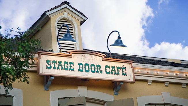 Letrero de entrada con temática del oeste para el Stage Door Cafe en Disneyland Park