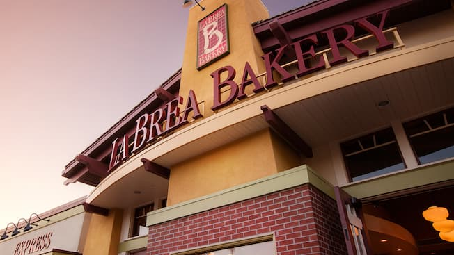 Letrero de entrada de La Brea Bakery en Downtown Disney District