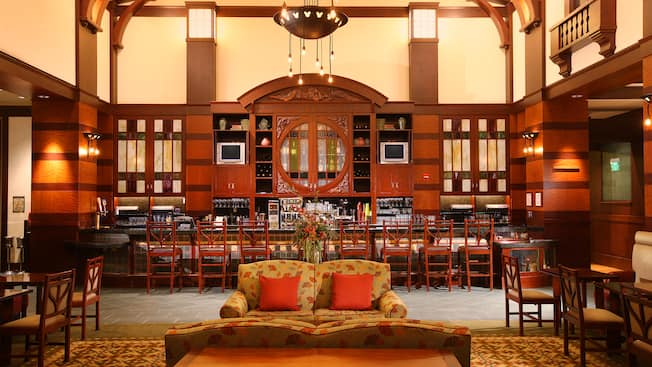 Un acogedor sofá de Hearthstone Lounge en Disney's Grand Californian Hotel & Spa