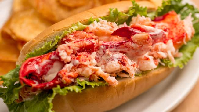 Lobster roll served with potato chips