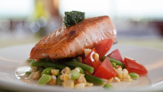 Um prato de salmão e legumes de The Wave...of American Flavors