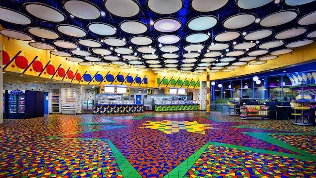 Chão vibrante com cores primárias e luzes brancas brilhantes