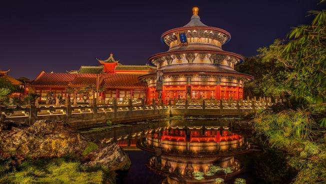 Vue nocturne du Temple of Heaven et son reflet dans un étang au pavillon de la Chine à Epcot