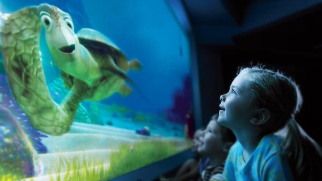 Crush conversa con una niña de la audiencia en Turtle Talk with Crush en Epcot