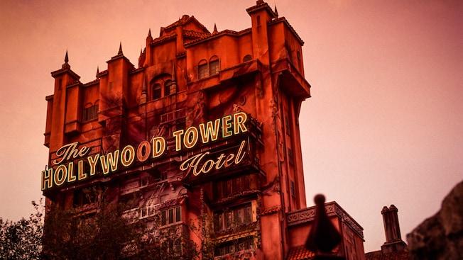 The Hollywood Tower Hotel contra el cielo azul de medianoche