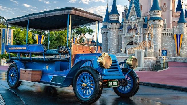 Un «taxibus» du début du vingtième siècle stationné devant le château de Cendrillon