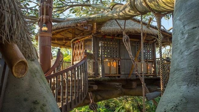 Swiss Family Treehouse apoyada sobre ramas de árboles en Adventureland en el parque temático Magic Kingdom