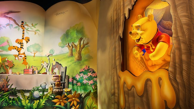 Ilustração do livro de uma festa para o Pooh na atração The Many Adventures of Winnie the Pooh