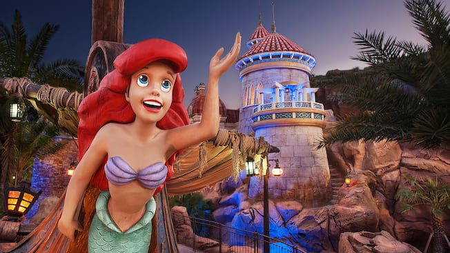 Uma imagem de Ariel na frente de Under the Sea ~ Journey of the Little Mermaid