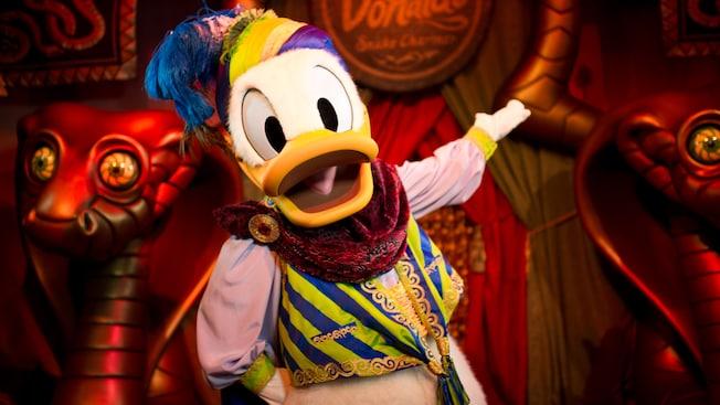 Donald, vestido como un encantador de serpientes, en Pete's Silly Sideshow en Storybook Circus