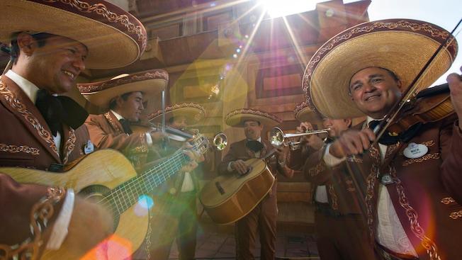 Mariachi Cobre, una banda mexicana, toca en las escaleras del Pabellón de México