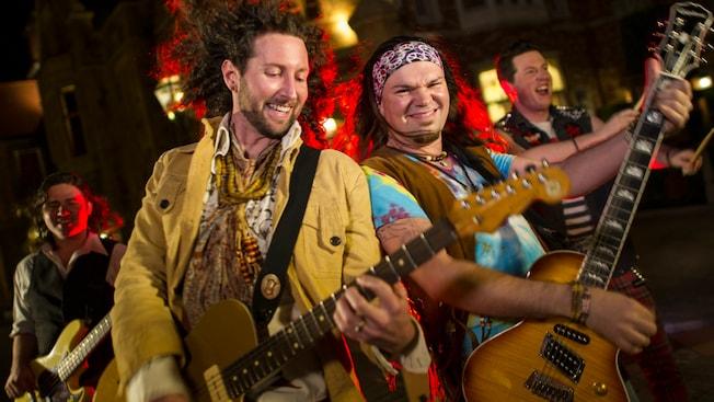 Los 4 miembros de la banda British Revolution roquean fuera del pabellón del Reino Unido