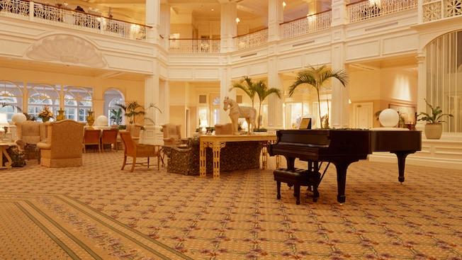 Un imponente piano se encuentra en el medio del elegante vestíbulo de Disney's Grand Floridian Resort & Spa