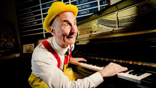 El pianista Yehaa Bob Jackson entretiene en la sala de estar de River Roost, en Área de resorts de Downtown Disney