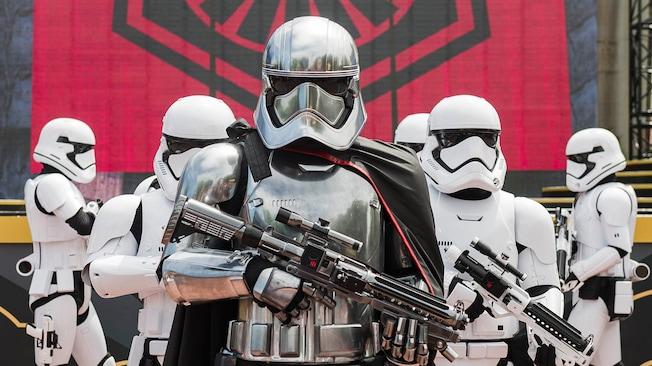 Les personnages de Star Wars Capitaine Phasma et des Stormtroopers du Premier Ordre