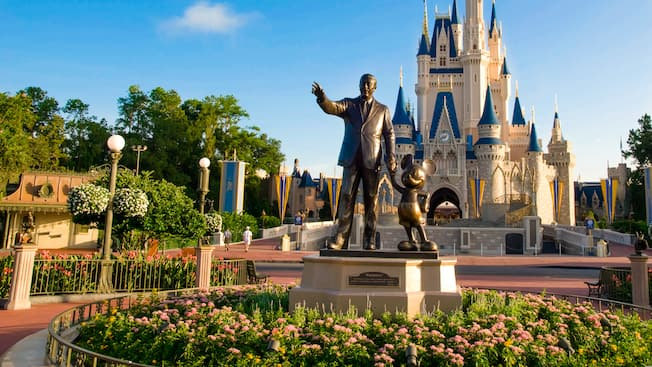 Statue de WaltDisney tenant MickeyMouse par la main devant le Cinderella Castle