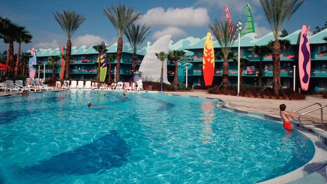 La piscina de temática playera Surfboard Bay Pool ofrece agua fresca y azul y tablas de surf gigantes que se destacan cerca de ella