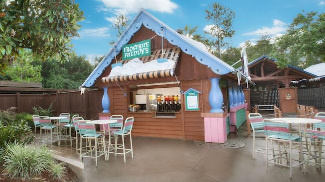 Frostbite Freddy's, una cabaña de refrescos de servicio rápido con mesas en un patio en el parque acuático Disney's Blizzard Beach