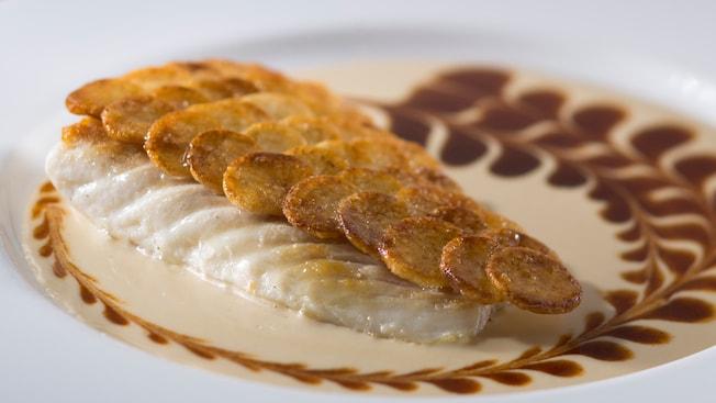 Una porción de pescado cubierto con una fina capa de papas